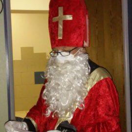 Der Nikolaus mit Maske unterm Rauschebart